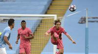 Gelandang Real Madrid, Luka Modric mengumpan bola saat bertanding melawan Manchester City pada leg kedua babak 16 besar Liga Champions di Etihad Stadium, Inggris (7/8/2020). City  melaju ke perempat final unggul agregat 4-2 atas Madrid. (Oli Scarff/Pool Photo via AP)