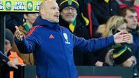 Gaya Freddie Ljungberg saat mendampingi Arsenal pada laga kontra Norwich City di Carrow Road (1/12/2019). (AFP/Lindsey Parnaby)