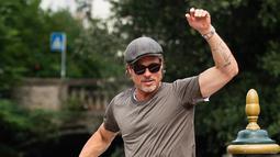 Aktor Brad Pitt saat tiba di Pantai Lido untuk menghadiri Venice Film Festival 2019, Venesia, Italia, Rabu (28/8/2019). Gaya santai Brad Pitt membuat orang-orang terpesona dengan penampilannya. (Photo by Arthur Mola/Invision/AP)