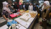 Disperindag Tangerang Selatan melakukan inspeksi mendadak (sidak) di sejumlah pasar dan supermarket kawasan BSD, Selasa (15/5). Sidak tersebut untuk mengecek ketersediaan dan kestabilan harga stok pangan menjelang bulan Ramadan. (Merdeka.com/Arie Basuki)
