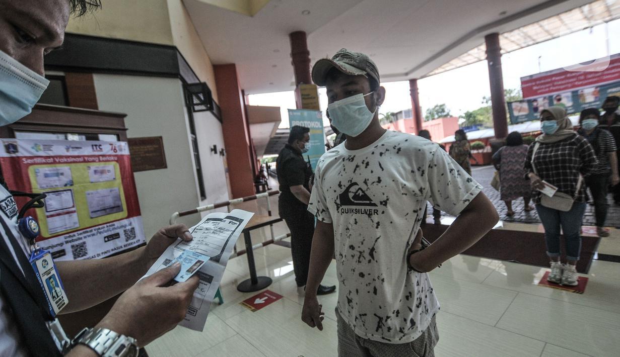 Petugas memeriksa sertifikat vaksinasi Covid-19 kepada pengunjung atau pedagang pasar grosir ITC Cempaka Mas, Jakarta, Rabu (4/8/2021). Pemerintah pusat mengizinkan kembali sejumlah pusat perbelanjaan grosir atau pasar rakyat untuk beroperasi pada masa PPKM Level 4. (merdeka.com/Iqbal S Nugroho)