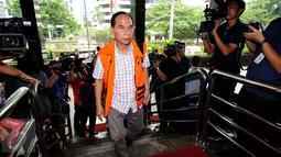 Mantan Walikota Cimahi M Itoc Tochija memasuki geung KPK untuk menjalani pemeriksaan lanjutan, Jakarta, Senin (30/1). Itoc Tochijah diduga menerima suap dari pengusaha TDB dan HSG pada 1 Desember 2016 lalu. (Liputan6.com/Helmi Fithriansyah)