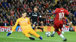 Pemain Liverpool Sadio Mane (kanan) mencetak gol ke gawang Red Bull Salzburg pada lanjutan Liga Champions di Stadion Anfield, Liverpool, Inggris, Rabu (2/10/2019). The Reds menang tipis 4-3 atas Salzburg. (AP Photo/Jon Super)