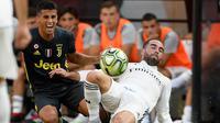 Bek Juventus Joao Cancelo berebut bola denganb bek Real Madrid Daniel Carvajal selama babak pertama pertandingan International Champions Cup (ICC) di Landover, Md (4/8). Madrid menang telak 3-1 atas Juventus. (AP Photo/Nick Wass)