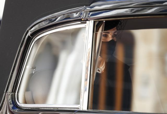 Kate Middletone, Duchess of Cambridge berada di dalam mobil saat menghadiri acara pemakaman Pangeran Philip di kastil Windsor, Inggris (17/4/2021). Pangeran Philip meninggal 9 April pada usia 99 tahun setelah 73 tahun menikah dengan Ratu Inggris Elizabeth II. (Alastair Grant/Pool via AP)