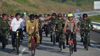 Kepala Korps Lalu Lintas Polri Irjen Pol Drs Istiono, M.H., melakukan survei ruas jalan tol Manado-Bitung.