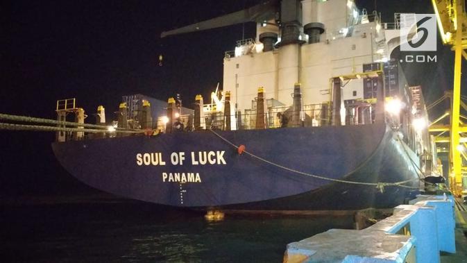 MV Soul of Luck yang menyenggol sebuah crane peti kemas di Pelabuhan Tanjung Emas Semarang akhirnya hanya bersandar di dermaga. (foto: Liputan6.com / edhie prayitno ige)