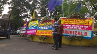 Meski masih sebatas versi hitung cepat, posko pemenangan dua kandidat calon Bupati dan Wakil Bupati Bogor bertabur karangan bunga ucapan selamat. (Liputan6.com/Darno)