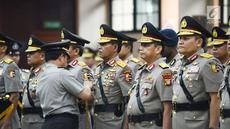Kapolri Jenderal Tito Karnavian menyematkan lencana saat sertijab perwira tinggi Polri di Jakarta, Kamis (24/1). Acara dimulai dengan penyematan lencana dan pemberian tongkat komando kepada pejabat kepolisian oleh Kapolri. (Merdeka.com/Imam Buhori)