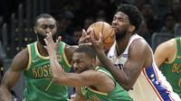 Joel Embiid (baju putih) membantu Sixers mengalahkan Celtics pada laga NBA (AP)