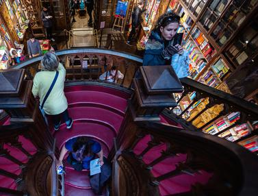 Mengunjungi Toko Buku Legendaris nan Indah di Portugal