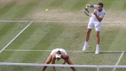 Pasangan ganda campuran Bruno Soares/Nicole Melichar saat menghadapi Serena Williams/Andy Murray pada laga 16 besar Wimbledon 2019 di London, Inggris, Rabu (10/7/2019). Serena Williams/Andy Murray gagal melaju ke babak perempat final. (AP Photo/Kirsty Wigglesworth)