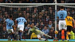 Pemain Manchester City Gabriel Jesus mencetak gol ke gawang Wolverhampton Wanderers dalam pekan ke-22 Premier League di Stadion Etihad, Manchester, Senin (14/1). City menang 3-0 dan duduk di posisi 2 klasemen membayangi Liverpool. (AP Photo/Dave Thompson)