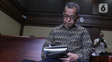 Mantan Dirut PT Garuda Indonesia Emirsyah Satar bersiap menjalani sidang di Pengadilan Tipikor, Jakarta, Senin (30/12/2019). Emirsyah Satar menjalani sidang perdana dengan agenda pembacaan dakwaan. (Liputan6.com/Herman Zakharia)