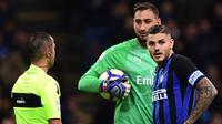 Kiper AC Milan, Gianluigi Donnarumma, bersitegang dengan striker Inter Milan, Mauro Icardi, pada laga Serie A Italia di Stadion San Siro, Milan, Minggu (21/10). Inter menang 1-0 atas Milan. (AFP/Miguel Medina)