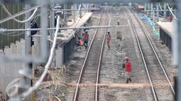 Pekerja menyelesaikan proyek pembangunan Kereta Api Bandara di Kawasan Dukuh Atas, Jakarta, Selasa (28/2). Jalur kereta rute Manggarai-Dukuh Atas-Tanah Abang-Batu Ceper-Bandara Soetta ditargetkan selesai pertengahan tahun 2017. (Liputan6.com/Yoppy Renato)