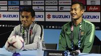 Pelatih Timnas Indonesia, Bima Sakti, bersama Hansamu Yama, saat jumpa pers jelang laga Piala AFF 2018 di Stadion Nasional, Singapura, Kamis (8/11). Timnas akan berhadapan dengan Singapura. (Bola.com/M. Iqbal Ichsan)