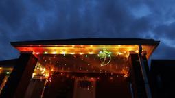 Lampu Ramadan dipajang di sebuah rumah di Dearborn, Michigan, Amerika Serikat, 28 April 2020. Komunitas muslim di Dearborn mengadakan kompetisi lampu Ramadan dengan harapan menyebarkan sukacita dan mengembalikan semangat liburan selama pandemi virus corona COVID-19. (AP Photo/Carlos Osorio)