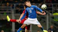 Pemain Portugal, Mario Rui berebut bola udara dengan pemain Italia, Nicolo Barella selama pertandingan UEFA Nations League di Stadion San Siro di Milan (17/11). Italia bermain imbang 0-0 atas Portugal. (AP Photo/Antonio Calanni)