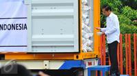 Presiden Joko Widodo (Jokowi) melakukan pengecekan saat melepas bantuan hibah 5.000 metrik ton (mt) beras kepada Pemerintah Sri Lanka di gudang Bulog, Jakarta, Selasa (14/2). Bantuan beras untuk korban kelaparan di Sri Lanka. (Liputan6.com/Angga Yuniar)