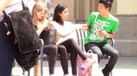 Seorang WNI mencoba eksperimen sosial untuk mengajak orang bule dengan bahasa Indonesia. Kayak apa, ya reaksinya? (Via: youtube.com)