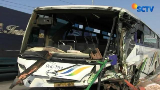 Kecelakaan terjadi karena bus mengalami pecah ban saat melaju dengan kecepatan tinggi.