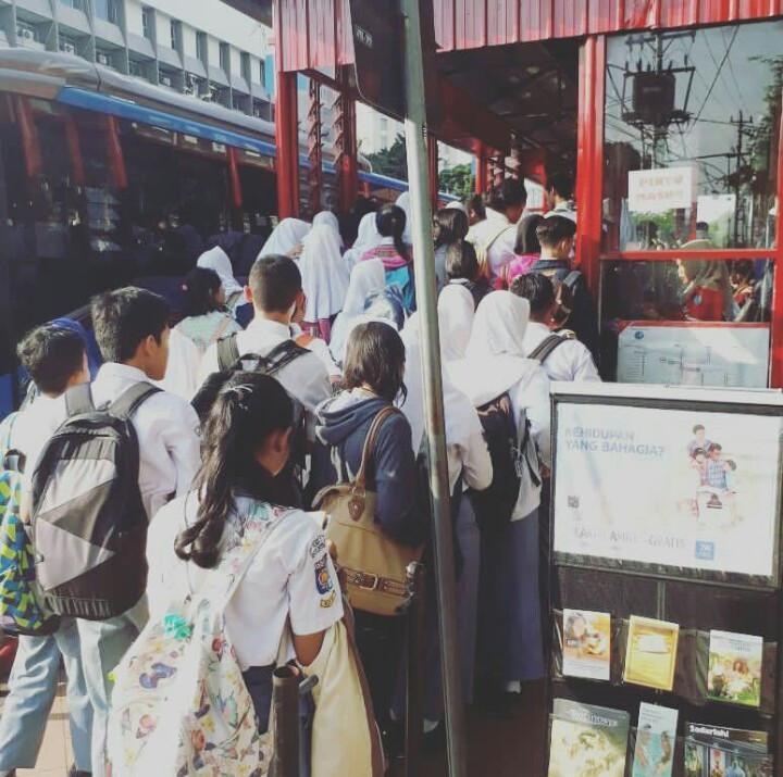 Para pelajar antre di shelter BRT, antrean yang panjang sering menyebabkan mereka terlambat sampai sekolah. (foto: Liputan6.com/felek wahyu)