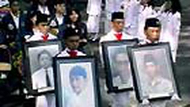 Keluarga korban Tragedi Trisakti kecewa hingga kini pengungkapan kasus ini belum jelas. Kekecewaan diutarakan saat tabur bunga di Monumen Reformasi di Universitas Trisakti.