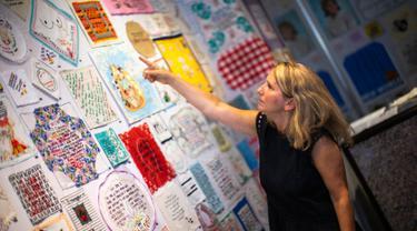 Seniman Diana Weymar mengabadikan celotehan Presiden AS Donald Trump sebagai karya seni.