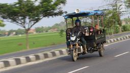 Pemudik sepeda motor roda tiga melintasi Jalur Pantura Cirebon mengarah ke Indramayu, Jawa Barat, Kamis, (29/6). Puncak arus balik diprediksi akan terjadi pada H+5 dan H+6 Lebaran saat cuti bersama berakhir. (Liputan6.com/Helmi Afandi)