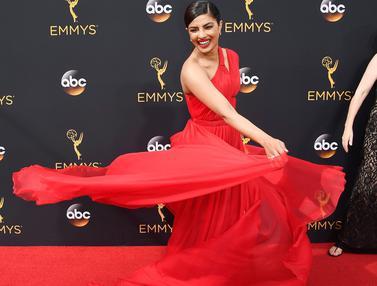 20160918-Gaun Merah Merona Priyanka Chopra Menarik Perhatian di Emmy Awards 2016-Los Angeles