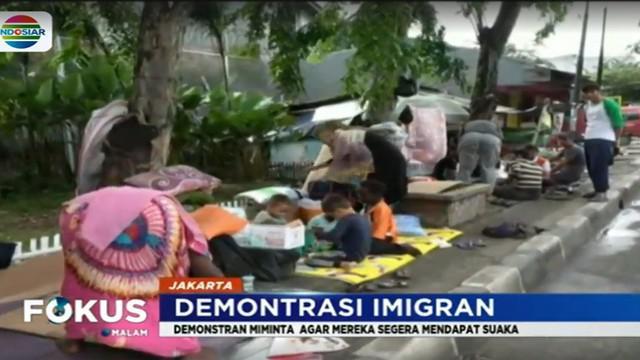 Hingga Jumat malam sedikitnya 60 imigran pencari suaka masih bertahan trotoar di kawasan Kalideres, Jakarta Barat