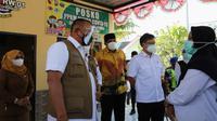 Ketua Satgas COVID-19 Ganip Warsito meninjau posko PPKM Mikro desa Bilaporah, Kabupaten Bangkalan, Jawa Timur (8/6/2021). (Badan Nasional Penanggulangan Bencana/BNPB)