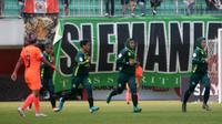 Pemain tim putri PS Tira (hijau) merayakan gol ke gawang Persija dalam laga di Stadion Maguwoharjo, Sleman Senin (7/10/2019). (Bola.com/Vincentius Atmaja)