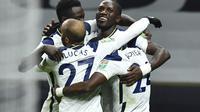 Para pemain Tottenham Hotspur merayakan gol Moussa Sissoko ke gawang Brentford pada semifinal Piala Liga Inggris di Tottenham Hotspur Stadium, Rabu (6/1/2021) dini hari WIB. (Glyn Kirk/Pool via AP)