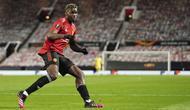 Dalam laga kemenangan Manchester United 6-2 atas AS Roma, Paul Pogba sukses mencetak 1 gol lewat sundulan kepala memanfaatkan umpan Bruno Fernandes. (AP/Jon Super)