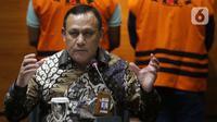 Ketua KPK Firli Bahuri menyampaikan keterangan terkait penahanan penyidik KPK, Stepanus Robin Pattuju di Gedung KPK, Jakarta, Kamis (22/4/2021). Stepanus ditahan sebagai tersangka dugaan penerimaan hadiah terkait penanganan perkara Wali Kota Tanjung Balai 2020-2021. (Liputan6.com/Helmi Fithriansyah)