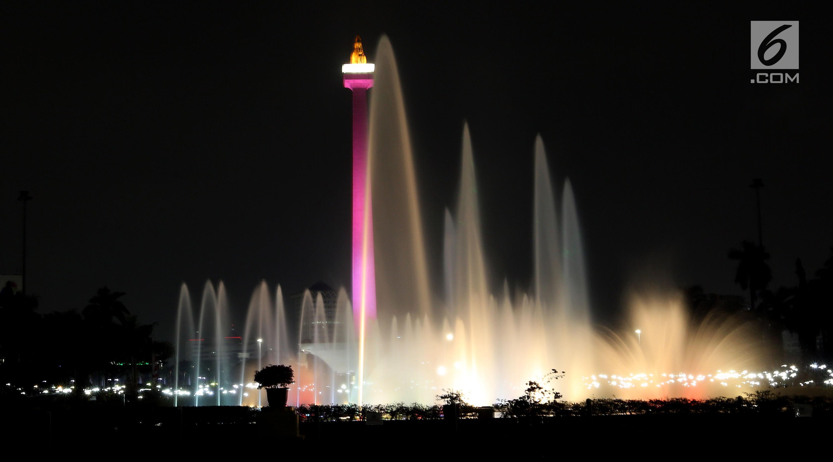 Air mancur yang dihiasi lampu saat di resmikan oleh Gubernur DKI Jakarta Djarot Saiful Hidayat di kawasan Monumen Nasional (Monas), Jakarta, Sabtu malam (12/8). (Liputan6.com/Johan Tallo)
