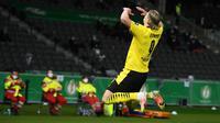 Striker Borussia Dortmund, Erling Haaland melakukan selebrasi usai mencetak gol kedua timnya ke gawang RB Leipzig dalam laga final DFB Pokal 2020/2021 di Olympiastadion, Berlin, Kamis (13/5/2021). Dortmund menang 4-1 atas Leipzig dan menjadi juara. (AFP/Annegret Hilse/Pool)