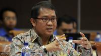 Menkominfo Rudiantara mengikuti Rapat Kerja dengan Komisi I DPR di Kompleks Parlemen, Senayan, Jakarta, Senin (18/4). Rapat tersebut salah satunya membahas mengenai laporan izin penyelenggaraan stasiun TV dan radio di Indonesia. (Liputan6.com/Johan Tallo)