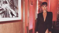 Maxi dress hitam. (Instagram/agnezmo)
