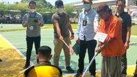 DA (42), pelaku cangkul berdarah di Kota Palembang Sumsel, melakukan reka ulang di Mapolrestabes Palembang (Liputan6.com / Nefri Inge)