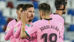 Striker Barcelona, Lionel Messi (tengah) melakukan selebrasi usai mencetak gol pertama timnya ke gawang Levante dalam laga lanjutan Liga Spanyol 2020/2021 pekan ke-36 di Ciutat de Valencia Stadium, Valencia, Selasa (11/5/2021). Barcelona bermain imbang 3-3 dengan Levante. (AP/Alberto Saiz)