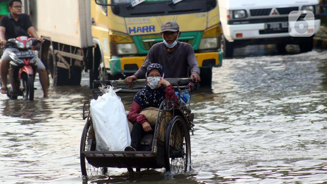 FOTO: Banjir Rob Masih Genangi Pelabuhan Muara Baru