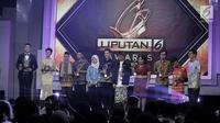 Direktur Utama PT Surya Citra Media Tbk (SCMA) Sutanto Hartono berfoto bersama dengan penerima penghargaan Liputan 6 Award 2017 di SCTV Tower, Jakarta, Sabtu (20/5). Sebanyak enam orang terpilih meraih Liputan 6 Awards 2017. (Liputan6.com/Faizal Fanani)