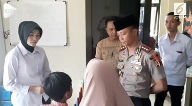 Tiga orang murid sekolah dasar (SD) di Garut, Jawa Barat, menjadi korban kekerasan yang  dilakukan oleh gurunya.