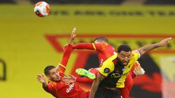 Striker Watford, Troy Deeney, berebut bola dengan pemain Norwich City pada laga lanjutan ke-34 di Stadion Vicarage Road, Rabu (8/7/2020) dini hari WIB. Watford menang 2-1 atas Norwich City. (AFP/Richard Heathcote/various sources)