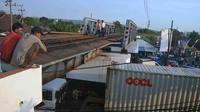 Truk menghantam sisi kiri jembatan rel yang berketinggian rendah di Kota Malang, Jawa Timur (Zainul Arifin/Liputan6.com)
