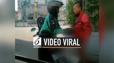 Beredar video seorang pengemudi ojek online membantu seorang remaja laki-laki di kawasan Melawai, Jakarta. Ia memberikan jaket miliknya kepada remaja yang berada dalam kondisi tanpa busana.