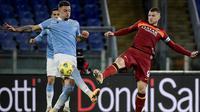 Penyerang AS Roma, Edin Dzeko, gagal mencetak gol saat bersua Lazio pada laga pekan ke-18 Serie A di Stadio Olimpico, Sabtu (16/1/2021) dini hari WIB. (AFP/Filippo Monteforte)